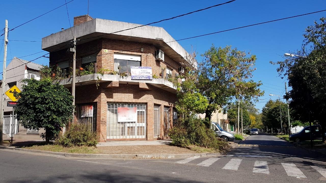 Casa en Esquina en 2 Plantas con Galpón Chico + Local – Juan Carlos Reguera 2700