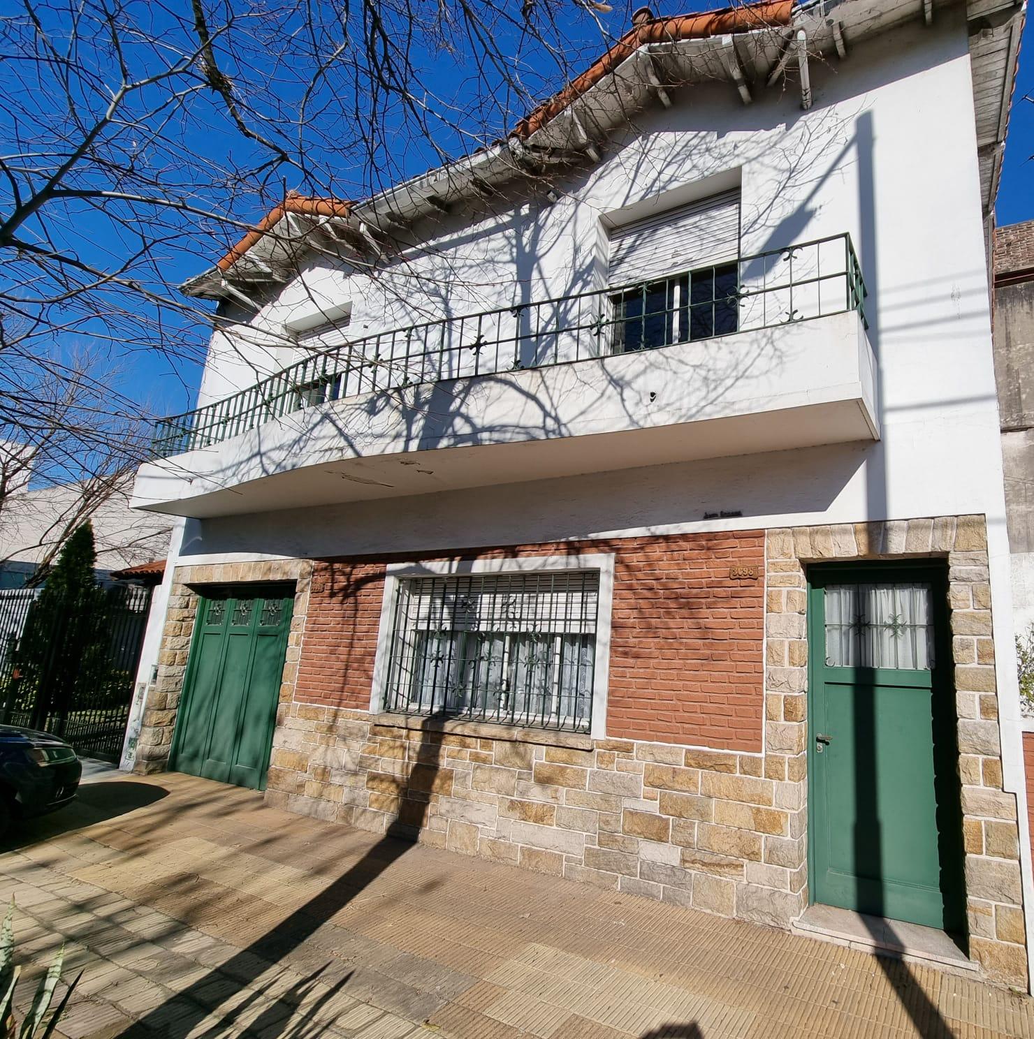 Casa 4 Amb. con Patio y Jardín a 4/c del Cenic y 3/c de Donado – Lugones 3600